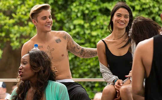Justin Bieber thân mật với thiên thần Victoria's Secret
