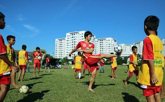 Công Phượng và đồng đội thi tài tâng bóng với cầu thủ nhí Học viện NutiFood