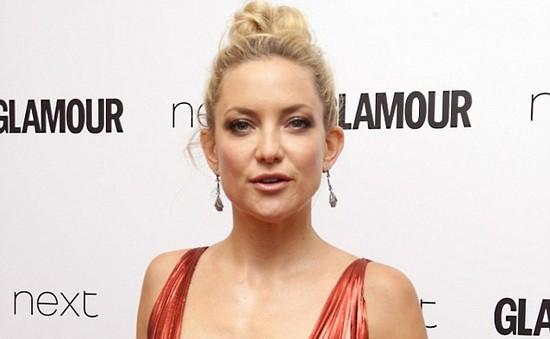 Kate Hudson nổi bật với đầm đỏ gợi cảm