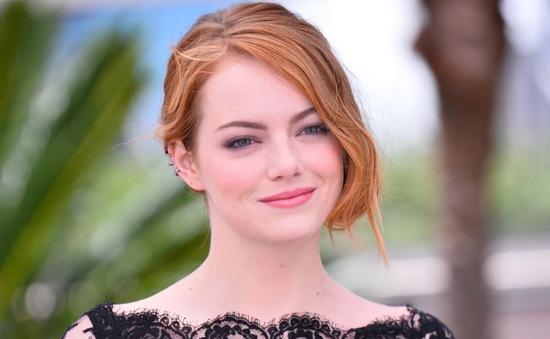 """Emma Stone suýt """"lộ hàng"""" tại LHP Cannes 2015"""