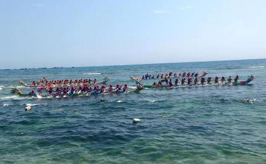 Ngư dân Lý Sơn đua thuyền tứ linh đầu năm