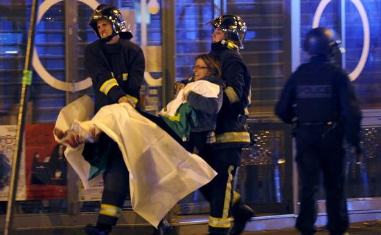 Tấn công khủng bố ở Paris: Hơn 120 người chết, 8 tên khủng bố bị bắn hạ