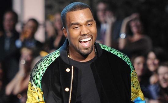 """Kanye West gây """"sốc"""" vì nhảy lên bàn ăn"""