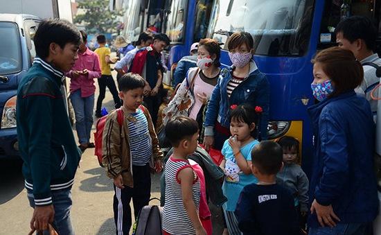 TP. HCM: Người dân bắt đầu đổ dồn về bến xe, nhà ga