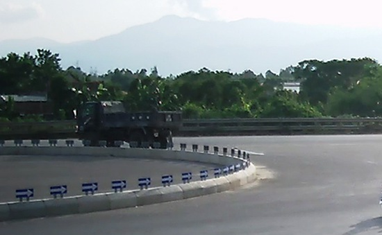 Phát hiện xe tải ném hóa chất lạ xuống Quốc lộ 1A