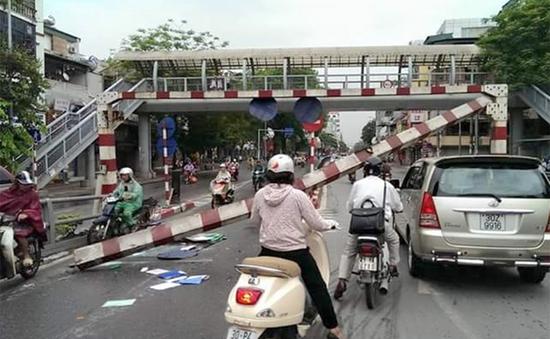 Xe khách đâm đổ thanh hạn chế chiều cao cầu vượt