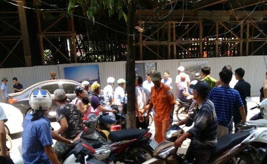 Sắt từ dự án đường sắt trên cao Cát Linh - Hà Đông lại rơi trúng ô tô