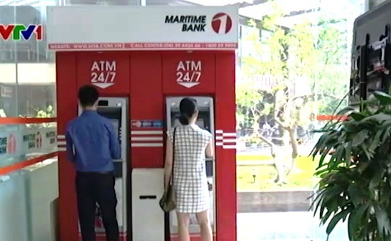 Các ngân hàng thực hiện gắn thiết bị cảnh báo cho cây ATM