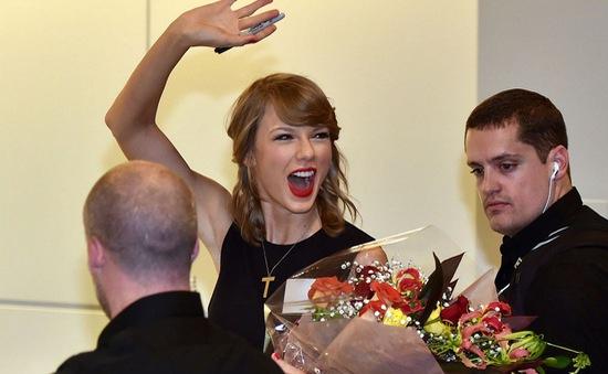 """Taylor Swift bị fan """"cuồng"""" vây kín tại Nhật Bản"""