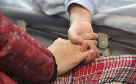 Trung Quốc: Bé trai 7 tuổi hiến thận cứu mẹ