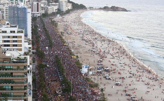 Người dân Brazil đổ xô ra biển trốn nóng