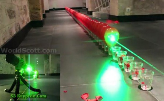 """Ấn tượng màn sử dụng tia laser tạo nên """"chuỗi Domino"""" vỡ bóng"""
