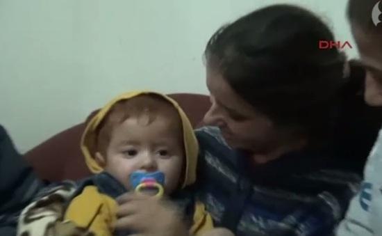 Cậu bé tị nạn 18 tháng tuổi được cứu sống trên biển