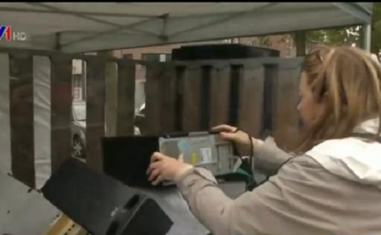 Thu gom rác điện tử giúp người vô gia cư