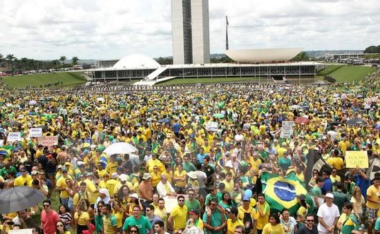 Hàng vạn người Brazil biểu tình phản đối kinh tế giảm sút
