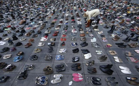 Người Pháp xếp giày biểu tình chống biến đổi khí hậu