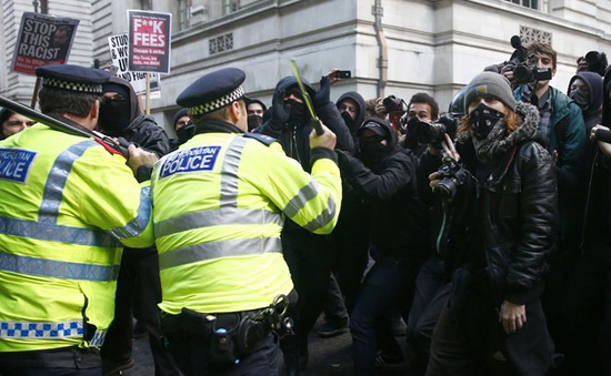 Biểu tình sinh viên Anh biến thành đụng độ với cảnh sát