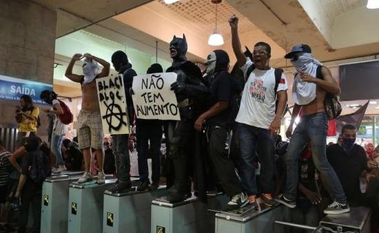 Brazil: Tuần hành phản đối tăng giá vé xe bus, tàu điện