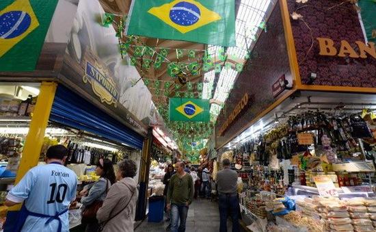 Fitch tiếp tục hạ dự báo triển vọng kinh tế Brazil