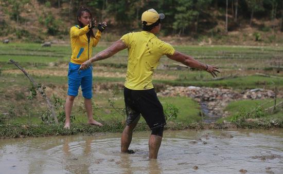 Cuộc đua kỳ thú 2015: Các tay đua lấm lem vì bịt mắt bắt lươn