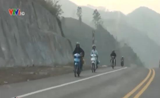 """Xe máy ngang nhiên """"phóng"""" trên cao tốc Nội Bài – Lào Cai"""