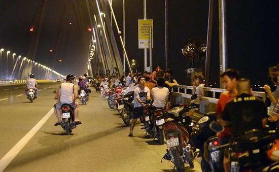 Bất chấp nguy hiểm, người dân đua nhau hóng gió trên cầu Nhật Tân