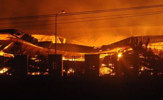 Đồng Nai: Hỏa hoạn trong đêm, công ty bao bì chìm trong biển lửa