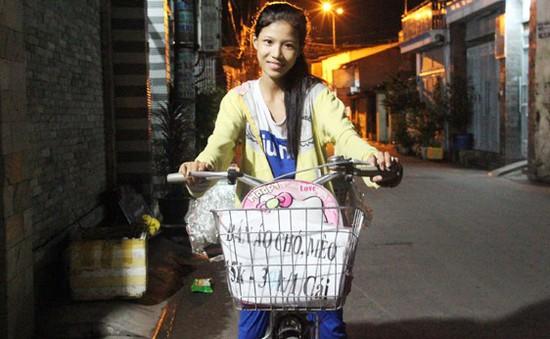 Cô bé nghèo bán quần áo dạo cho chó mèo để mưu sinh