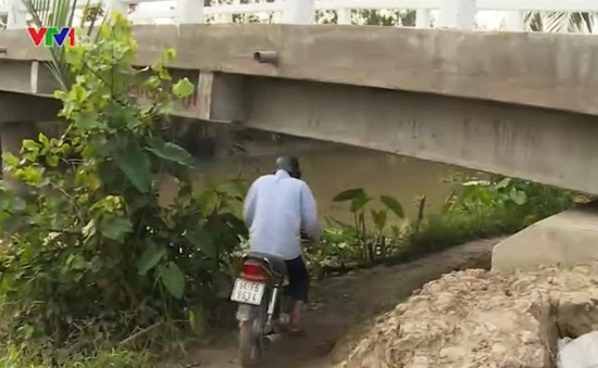Vĩnh Long: Đường cụt, người dân phải chui... gầm cầu