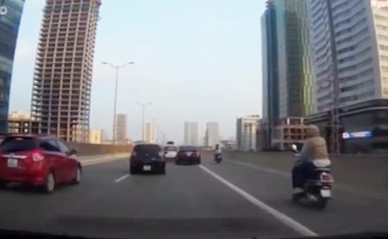 """Tránh ùn tắc, xe máy """"đua nhau"""" tràn lên đường trên cao"""
