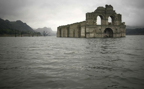 Hạn hán nghiêm trọng, nhà thờ 400 năm tuổi trồi lên từ đáy sông