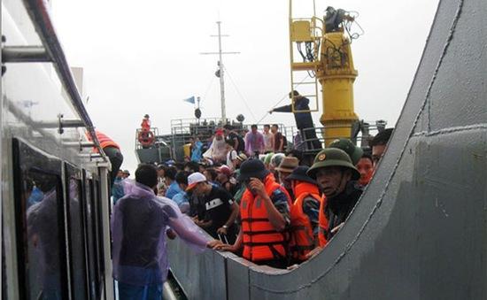 Hơn 1.000 du khách ở đảo Cô Tô được đưa về đất liền