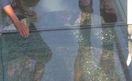Cầu kính Trung Quốc bị nứt, du khách hoảng sợ tháo chạy