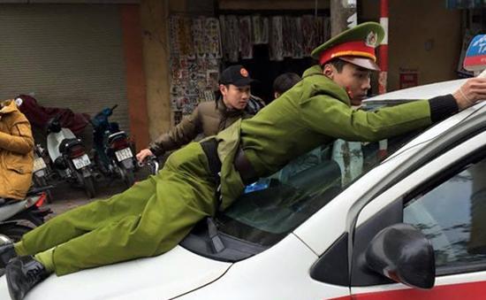 Cận cảnh cảnh sát nhảy lên nắp capo chặn xe taxi
