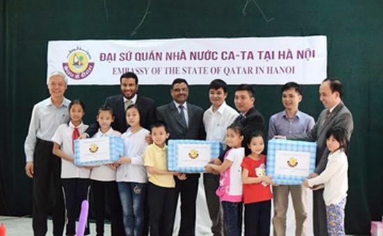 Đại sứ quán Qatar tặng quà trẻ em Làng SOS Hà Nội