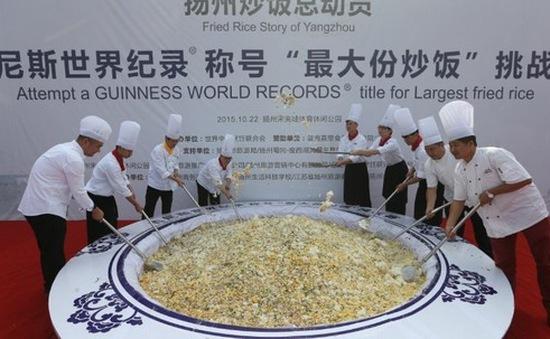 Đĩa cơm rang lập kỷ lục Guinness tại Trung quốc bị đổ cho lợn