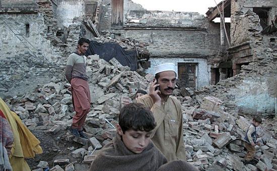 Trẻ em Pakistan phải học ngoài trời lạnh sau động đất
