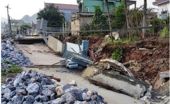 Hàng chục mét đường sụt, tường nhà đổ sau một đêm