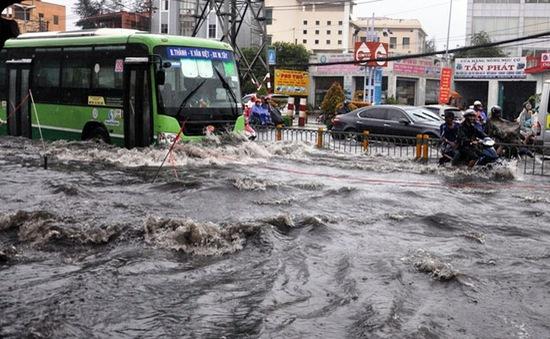 TP. HCM: Mưa lớn gây ngập nhiều tuyến phố