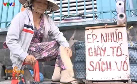 Người ép giấy tờ bằng bàn ủi than còn sót lại tại TP. Hồ Chí Minh