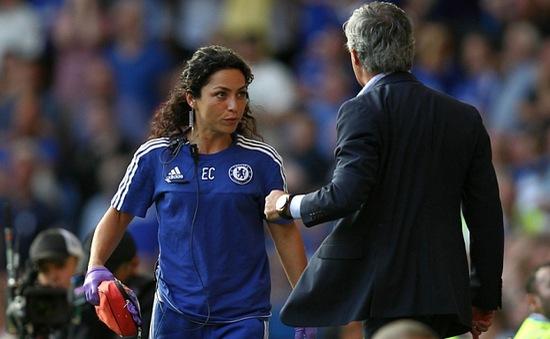 Nữ bác sĩ xinh đẹp của Chelsea khéo léo đáp lại Mourinho