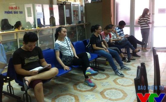 Lác đác thí sinh đến trường làm thủ tục xét tuyển đợt 2