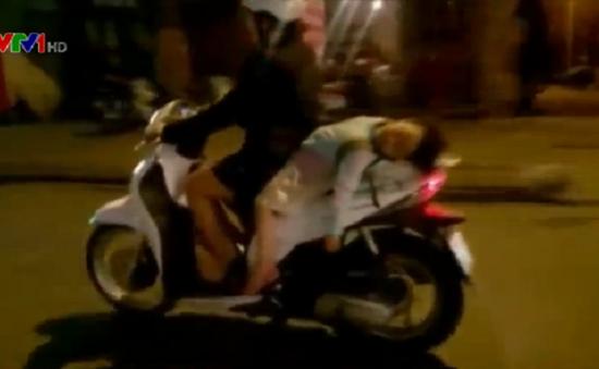 'Hồn nhiên' mẹ cho con nằm ngủ trên yên xe máy đang lưu thông