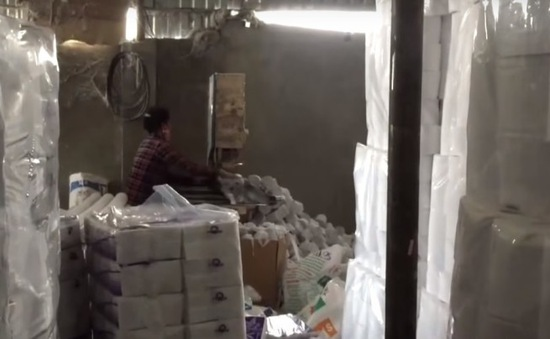 Thu giữ 100.000 sản phẩm giấy vệ sinh giả tại Gia Lâm, Hà Nội
