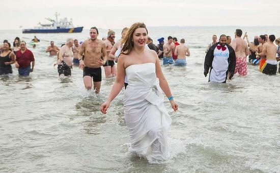 New York: Lễ hội trầm mình  trong nước lạnh