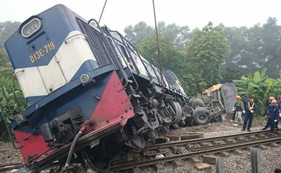 Tàu hỏa đâm xe tải khi qua đường ngang tại Hà Nội