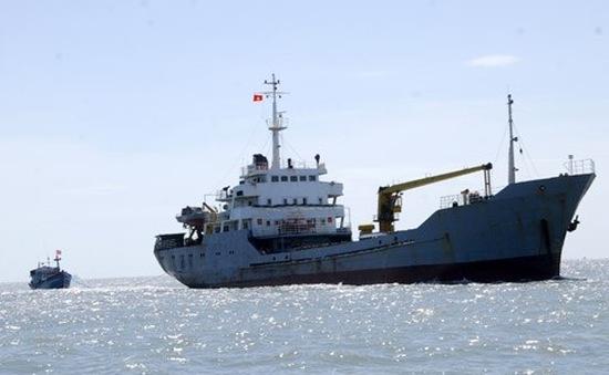 Đưa thuyền viên tàu cá bị nạn trên biển vào đất liền an toàn
