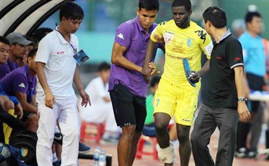 Tiền vệ Hector của CLB Hà Nội T&T bị vỡ mắt cá chân?
