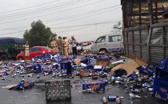 """Xe chở bia lật xuống đường, không còn hiện tượng """"hôi của"""""""