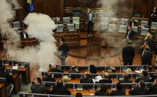 Phiên họp Quốc hội Kosovo hỗn loạn vì... hơi cay